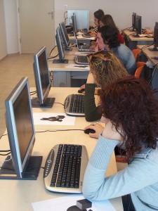 Praca biurowa z komputerem